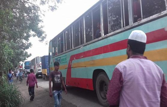 ঢাকা-নারায়ণগঞ্জ সড়কে পরিবহন শ্রমিকদের তাণ্ডব